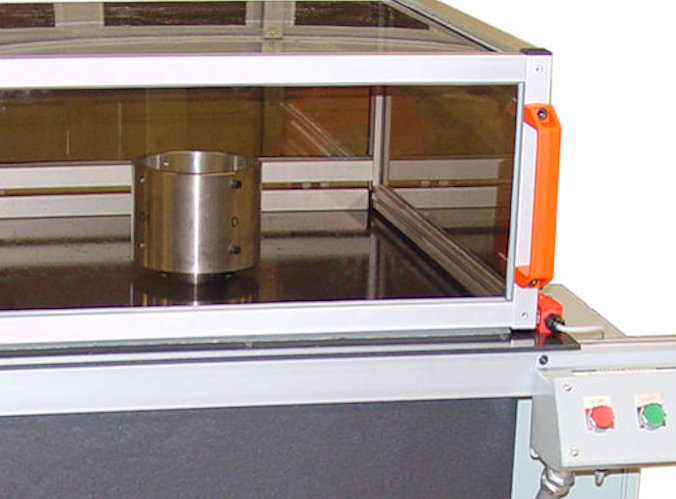 Vertical balancing machine, top with shroud